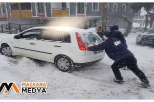 Malkara'da kardan dolayı yolda kalan araçları zabıta iterek kurtardı