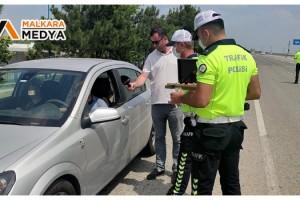 Malkara Polisi, Sürücülerle ve Yolcularla Bayramlaşıp Şeker İkram Etti